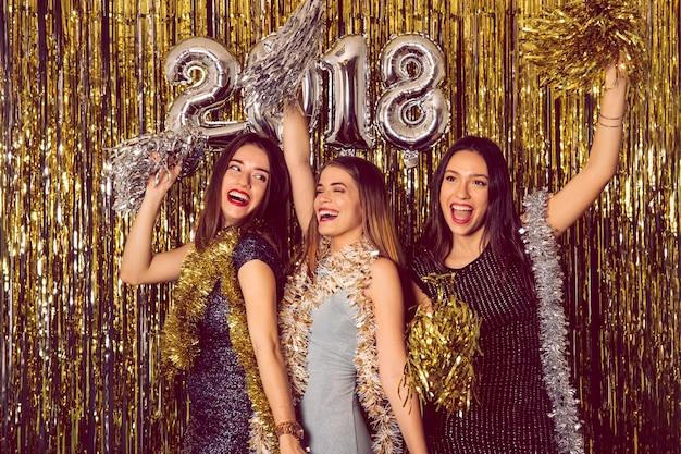 Festa di new year con ragazze danzanti