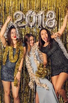 Festa del nuovo anno con le ragazze che celebrano