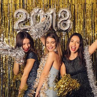 Partito di nuovo anno con le ragazze ballare