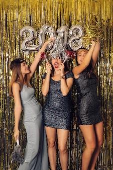 Festa di new year con ragazze gioiose