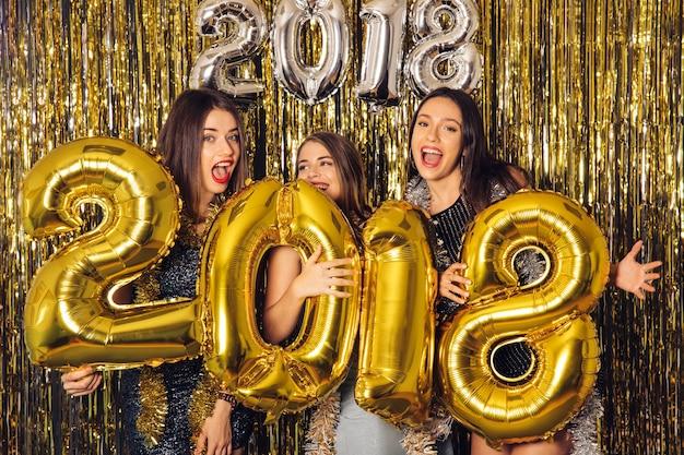 Festa del nuovo anno con tre amici
