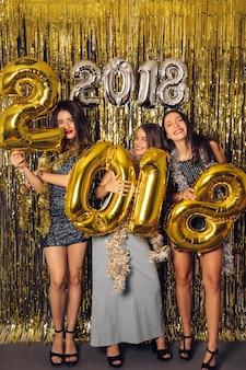 Partito di nuovo anno con tre ragazze felici