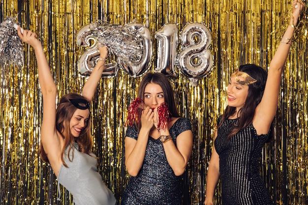 Festa di new year con le ragazze che celebrano
