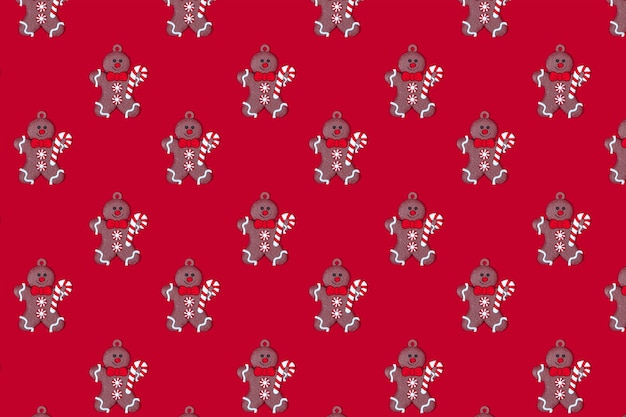 赤い背景の新年のパターンジンジャーブレッドマン新年のコンセプト