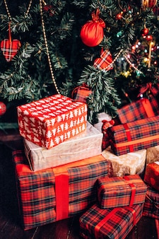クリスマスツリーの下に新年のプレゼント