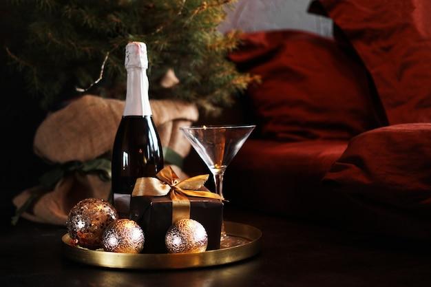 Новогодняя комната. поднос с шампанским рядом с кроватью.