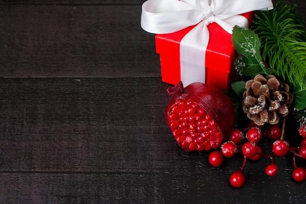 새 해의 배경입니다. 크리스마스 포인세티아 꽃 붉은 석류와 선물 상자
