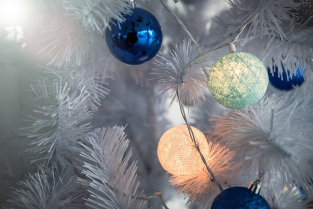 新年の背景-花輪で飾られたクリスマスツリー、クローズアップ。