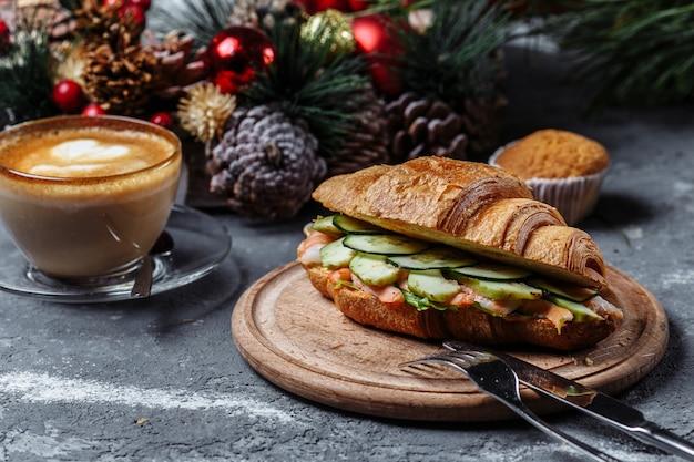 Новогодний завтрак с круассанами. новогодний круассан с креветками. новый год и рождество