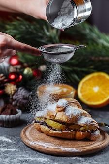 Новогодний завтрак с круассанами.