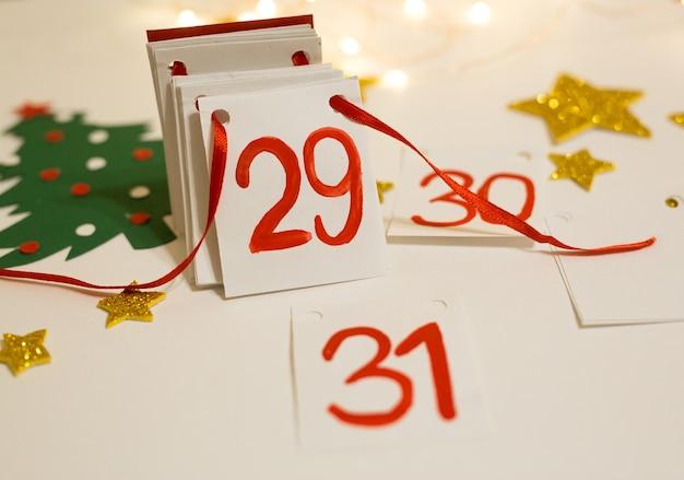 Новогодний календарь с оторванными страницами.