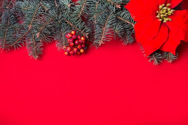 새 해의 크리스마스 빨간색 배경입니다. 장식된 녹색 크리스마스 트리