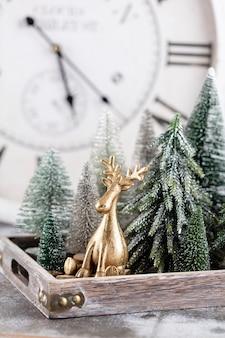 お正月。クリスマスツリーの装飾の背景で飾られました。大晦日のお祝いのコンセプト。
