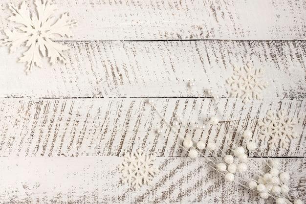 新年の作曲。白い木製の背景にクリスマスの装飾。クリスマス、冬、新年のコンセプト。フラットレイ、コピースペース付きの上面図。