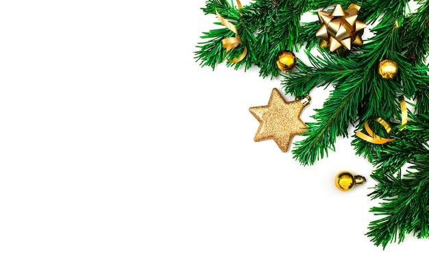 新年の作曲。クリスマスのデザイン、ボール、松ぼっくり、白い背景の上のモミの枝。フラットレイ、上面図、コピースペース。モックアップ