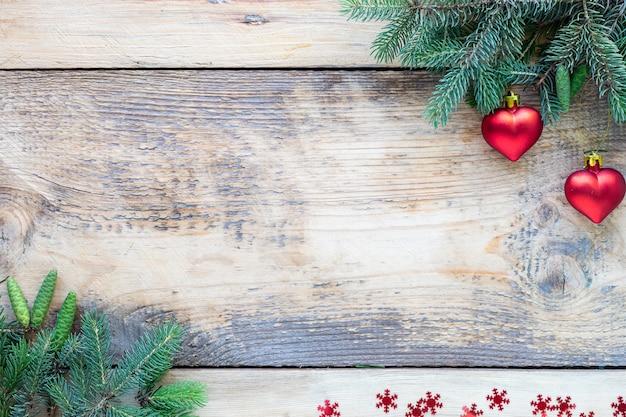 Новогодняя композиция. рождественский стол концепция. вид сверху с зелеными еловыми ветками, комками на деревянной стене