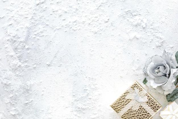 Новогодняя композиция. рождественские белые и золотые украшения на белом фоне плоская планировка, вид сверху, копия пространства