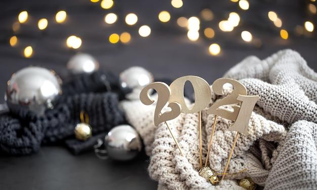 木製の新年の数とお祭りの背景を持つ新年の構成。