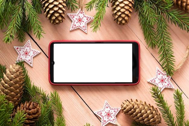木製のテーブルに携帯電話を置いた新年のコンセプト。