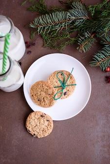 튜브와 함께 유리 병에 초콜릿과 신선한 우유 조각과 함께 새해 쿠키. 플랫 레이