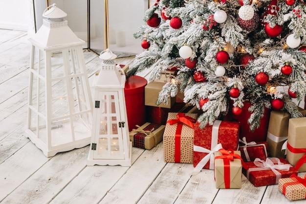 새해 장식과 새해 선물로 장식 된 크리스마스 트리