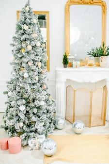 밝은 색상의 새해 장식, 선물과 디스코 볼이 있는 축제 트리