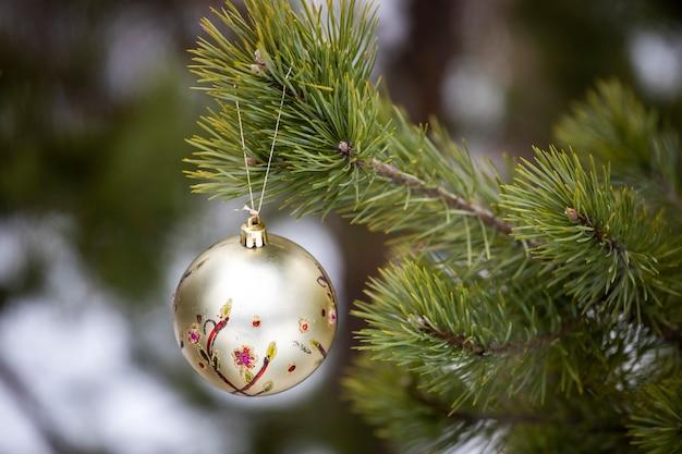새해 장식은 자연 속에서 크리스마스 트리에 달려 있습니다. 고품질 사진