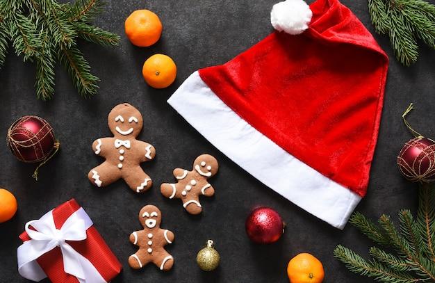 산타 모자, 감귤 및 진저 브레드로 새해 장식