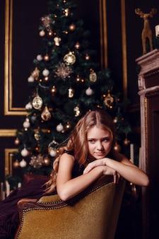 새해 전날. 크리스마스 이브. 조명과 금색 장식으로 전나무에서 아늑한 휴가를 보내십시오.
