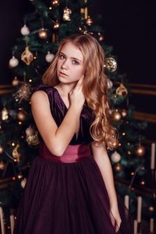 大晦日。クリスマス・イブ。ライトとゴールドの装飾が施されたモミの木での居心地の良い休日。