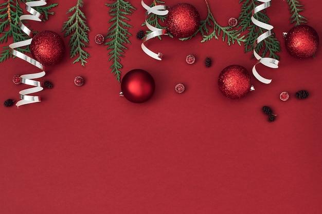 Новогодний, праздничный декор на красном фоне. копирование пространства, плоская планировка, макет, вид сверху.