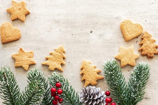 Новогодняя подарочная карта, с новым годом и рождеством. на фоне рождественского печенья