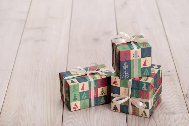 ライトテーブルの新年の贈り物。愛する人へのサプライズのコンセプト。クリスマスプレゼントの構成の壁。