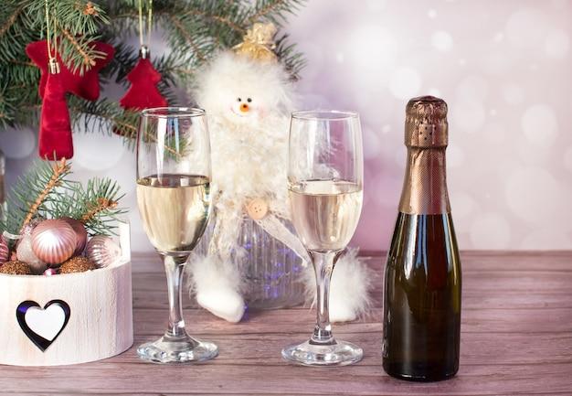 Новогодние бокалы шампанского на праздничном столе