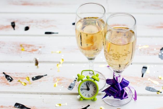 Новогодние бокалы с шампанским. празднование рождественских алкогольных напитков