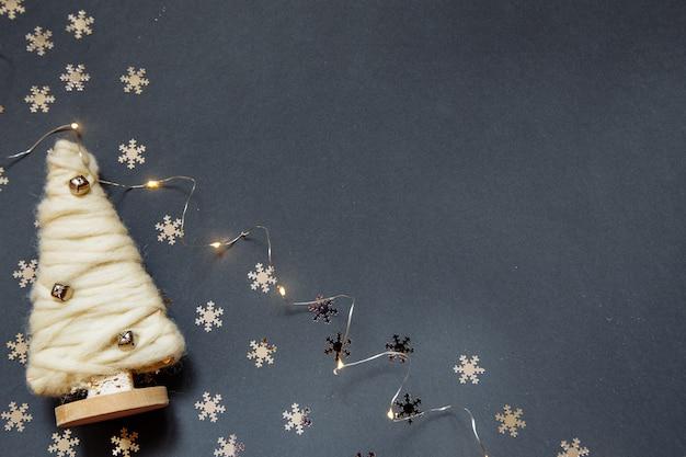 花輪、クリスマスツリー、雪片と新年の灰色のフォトフォン