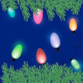 파란색 배경에 가문비나무 나뭇가지가 있는 크리스마스 트리용 전구의 새해 전령. 새해 콘텐츠,