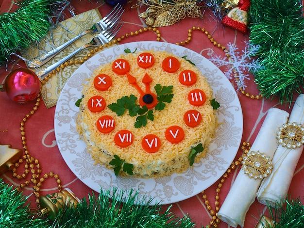 年末年始のサラダ時計、伝統的なロシアのお祝いサラダ、クローズアップ、水平方向