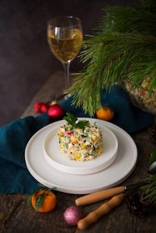 마요네즈, 새해 테이블, 샴페인, 복사 공간이 있는 새해 휴일 샐러드