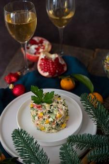 마요네즈를 곁들인 새해 휴일 샐러드, 새해 테이블, 샴페인, 최고 전망