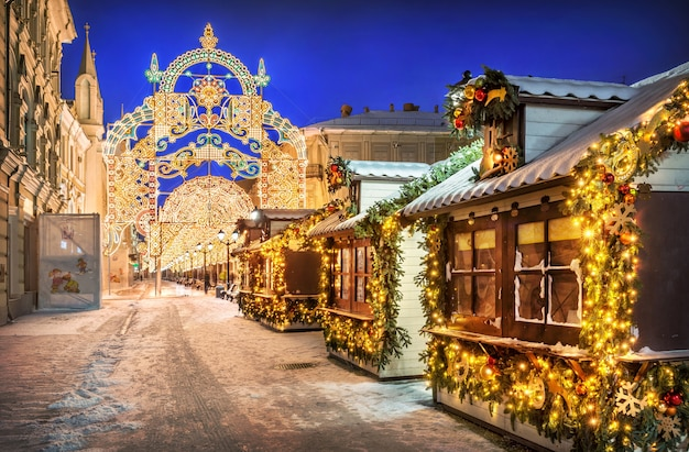 New year's houses and decorations on nikolskaya street in moscow on a snowy winter night