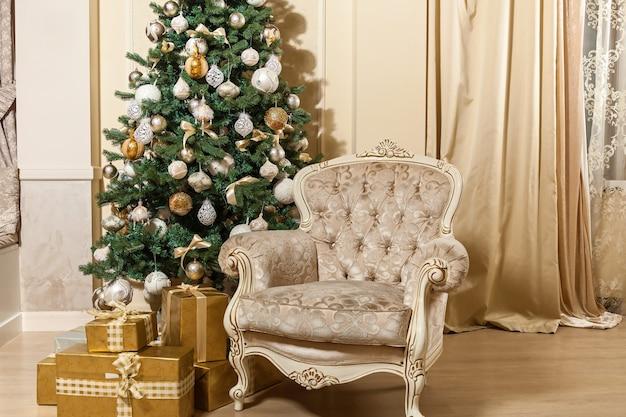 新年のインテリア。クリスマスツリー。クリスマスツリー。クリスマスツリーの下の贈り物やおもちゃ。クリスマスの飾り。