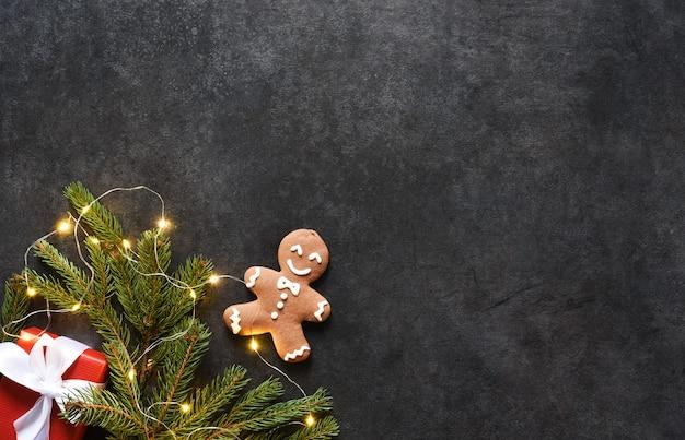 텍스트를위한 공간이있는 새해 레이아웃. 진저 전나무와 선물 크리스마스 배경입니다.