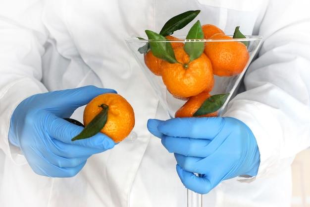 化学または医療研究所での新年の気分。新年の気分や匂いを得るというコンセプト