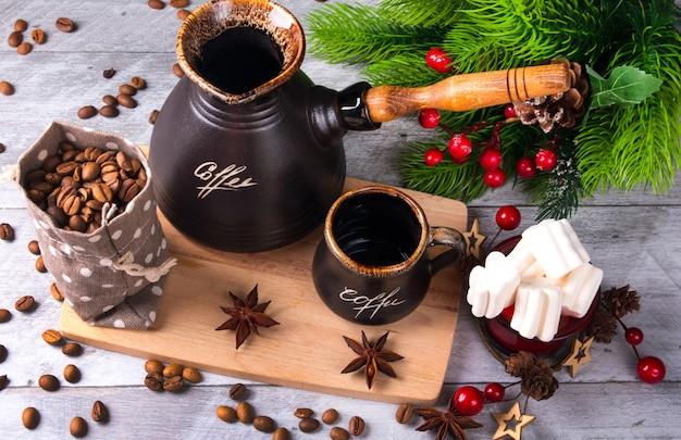 새해 아침 커피. 붉은 열매가 달린 크리스마스 트리의 장식