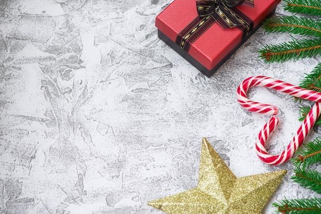 トウヒの緑の枝、新年の星、ギフト、ロリポップの新年またはクリスマスの構成