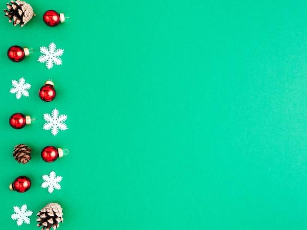 Новогодний узор, макет, плоская планировка, копия пространства. много красной елки