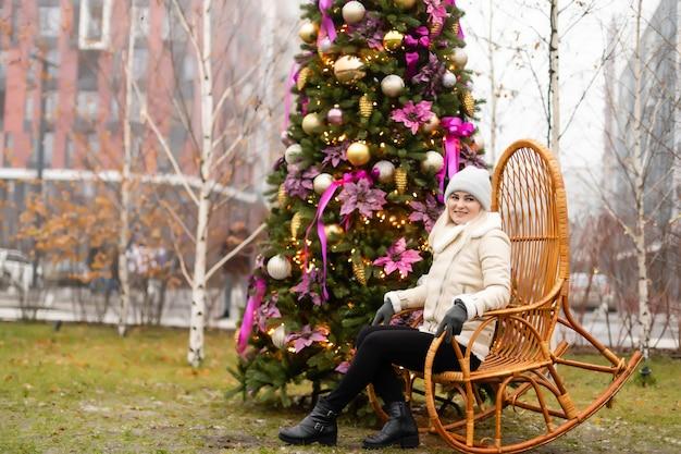 Новогодняя фотозона, настоящая елка на улице