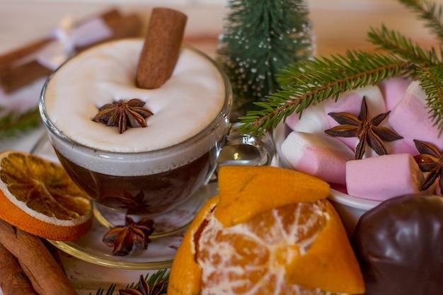 계피 스틱과 함께 커피 한 잔에 새해 핑크 마시멜로