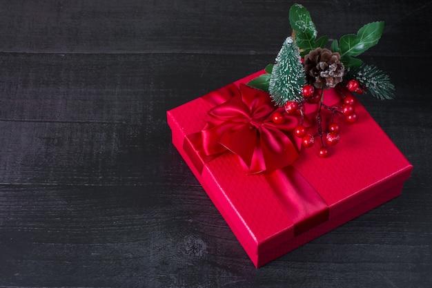 새 해의 빨간 선물 상자입니다. 열매가 달린 크리스마스 트리 장식은 크리스마스 선물입니다.